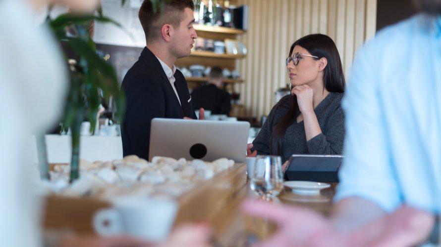 社内で既婚男性の好意のサインを確認する方法!不倫恋愛で発生するリスクとは